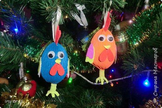 """Решила на Новый год порадовать и немного удивить своих детей - из киндер сюрпризов сделала вот таких петушков, которых они с удовольствием нашли на ёлке.Таким образом совместила небольшой сладкий сюрприз с игрушкой). Оформляется такой """"подарочек"""" примерно минут за 15-20. Больших усилий и затрат не требует, а нужно только свободное время и фантазия,ну, и необходимый материал для работы. фото 1"""