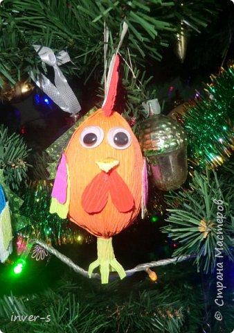 """Решила на Новый год порадовать и немного удивить своих детей - из киндер сюрпризов сделала вот таких петушков, которых они с удовольствием нашли на ёлке.Таким образом совместила небольшой сладкий сюрприз с игрушкой). Оформляется такой """"подарочек"""" примерно минут за 15-20. Больших усилий и затрат не требует, а нужно только свободное время и фантазия,ну, и необходимый материал для работы. фото 2"""