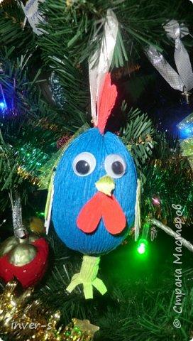 """Решила на Новый год порадовать и немного удивить своих детей - из киндер сюрпризов сделала вот таких петушков, которых они с удовольствием нашли на ёлке.Таким образом совместила небольшой сладкий сюрприз с игрушкой). Оформляется такой """"подарочек"""" примерно минут за 15-20. Больших усилий и затрат не требует, а нужно только свободное время и фантазия,ну, и необходимый материал для работы. фото 3"""