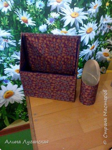 Вторая штука из картонной тубы для кулечков. Муж соорудил,обклеила материалом,стыки лентой.