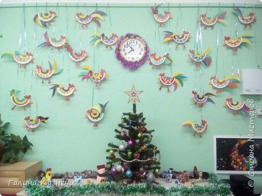 """Это моя группа. Вот так я и мои ребята украсили её к Новогоднему празднику. Выражаю огромную благодарность Марьяне К.М.С. и её МК """"Праздничный петушок""""! Спасибо!!!  """"Прилетела стая петухов""""- шутили педагоги и родители. фото 1"""