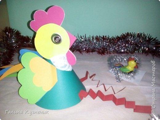 """Это моя группа. Вот так я и мои ребята украсили её к Новогоднему празднику. Выражаю огромную благодарность Марьяне К.М.С. и её МК """"Праздничный петушок""""! Спасибо!!!  """"Прилетела стая петухов""""- шутили педагоги и родители. фото 6"""