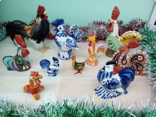 """Это моя группа. Вот так я и мои ребята украсили её к Новогоднему празднику. Выражаю огромную благодарность Марьяне К.М.С. и её МК """"Праздничный петушок""""! Спасибо!!!  """"Прилетела стая петухов""""- шутили педагоги и родители. фото 8"""