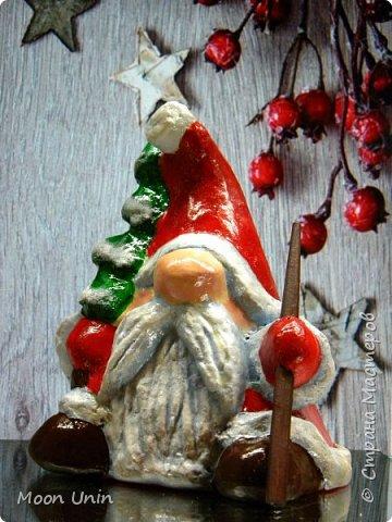Сегодня у меня Деды Морозы и скандинавские гномики.  Такой гномик - традиционный скандинавский вариант «новогоднего дедушки». В Швеции его зовут Юль Томтен, и внешне он похож на младшего брата Деда Мороза. фото 11