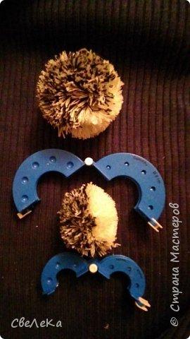 Здравствуйте жители Страны Мастеров! Хочу рассказать, как я делаю своих ёжиков из помпонов на примере Малыша, который отправится завтра в качестве подарка в хорошие руки:-) фото 5