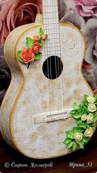 Здравствуйте! Сегодня я с гитарой к Вам! Была старая гитара, лежала она у нас год и вот наконец дошли до нее руки. Зашкурила, нанесла контуром рисунок, приклеила по краям кружево и окрасила белой краской. После высыхания губкой прошлась по выпуклому рисунку золотой краской. Добавила две веточки цветов из фоамирана и все готово!