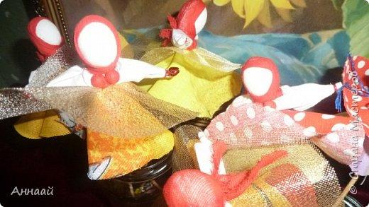 Домашняя Кукла «Солнышко-Масленица»- игровая - на палочке.  Масленица — древний языческий праздник до крещения Руси, привязанный к дню весеннего равноденствия. Отмечалась 7 дней перед равноденствием и 7 дней после и посвящалась поклонению Солнцу, дающему жизнь и силы всему живому. Именно в честь солнца пекли блины — обрядовую пищу.   С введением христианства масленицу стали праздновать в последнюю неделю перед Великим постом, поэтому теперь Масленица выпадает на разные дни в каждом году. Сейчас как раз время делать Масленицу, так как праздник скоро.  фото 43