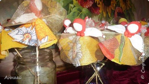 Домашняя Кукла «Солнышко-Масленица»- игровая - на палочке.  Масленица — древний языческий праздник до крещения Руси, привязанный к дню весеннего равноденствия. Отмечалась 7 дней перед равноденствием и 7 дней после и посвящалась поклонению Солнцу, дающему жизнь и силы всему живому. Именно в честь солнца пекли блины — обрядовую пищу.   С введением христианства масленицу стали праздновать в последнюю неделю перед Великим постом, поэтому теперь Масленица выпадает на разные дни в каждом году. Сейчас как раз время делать Масленицу, так как праздник скоро.  фото 44