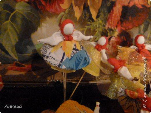 Домашняя Кукла «Солнышко-Масленица»- игровая - на палочке.  Масленица — древний языческий праздник до крещения Руси, привязанный к дню весеннего равноденствия. Отмечалась 7 дней перед равноденствием и 7 дней после и посвящалась поклонению Солнцу, дающему жизнь и силы всему живому. Именно в честь солнца пекли блины — обрядовую пищу.   С введением христианства масленицу стали праздновать в последнюю неделю перед Великим постом, поэтому теперь Масленица выпадает на разные дни в каждом году. Сейчас как раз время делать Масленицу, так как праздник скоро.  фото 2