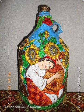Моя новая работа по декору бутылки. Вернее, бутыля на 5 литров. Лепила, как всегда при помощи чайной ложечки. Материал - самодельная пластика.