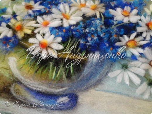 Ромашки и незабудки в прозрачной вазе. фото 3