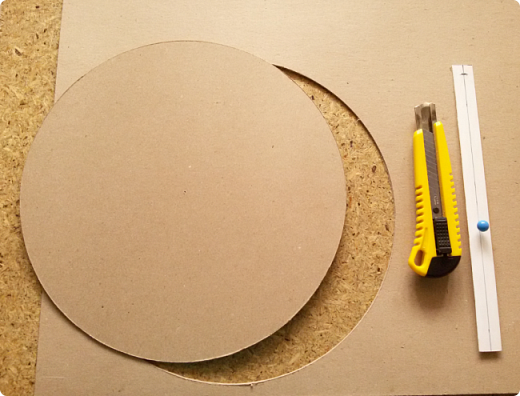 Здравствуйте мои дорогие соседи! Сегодня я расскажу, как вырезать ровно круг из переплетного картона.  фото 1
