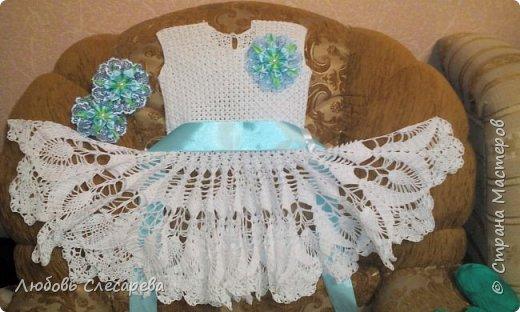 Вот такое вот платьице при помощи схемки обычной салфетки. цветочки выполнены из атласных лент в технике канзаши. фото 1