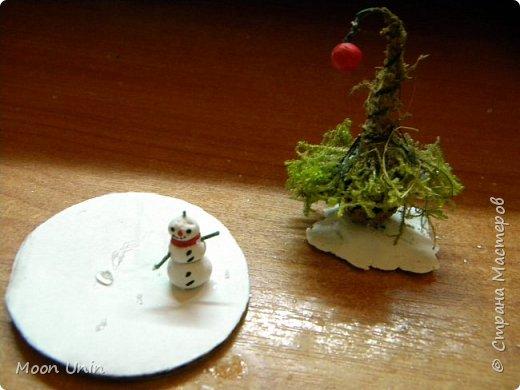 Всем привет! Ну, что друзья, не унываем, руки не опускаем, продолжаем работать с прежним энтузиазмом!)) Сегодня я вам покажу одну из моих новогодних свечей. Сделана она из пластиковой рюмочки, кустика мха,  кусочка полимерной глины и сахара. Да-да, сахара, не удивляйтесь)) фото 3