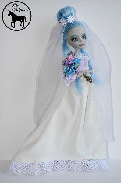 Приветствую всех жителей Страны Мастеров! Сегодня я представлю несколько нарядов для кукол. Во-первых, свадебное платье, туфли, букет и головной убор для куклы МХ.