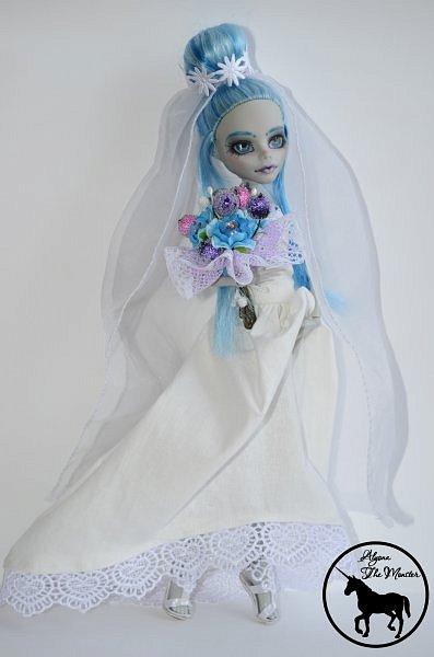 Приветствую всех жителей Страны Мастеров! Сегодня я представлю несколько нарядов для кукол. Во-первых, свадебное платье, туфли, букет и головной убор для куклы МХ. фото 2