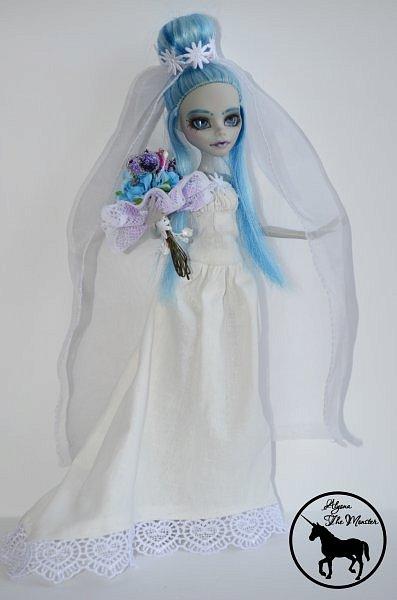 Приветствую всех жителей Страны Мастеров! Сегодня я представлю несколько нарядов для кукол. Во-первых, свадебное платье, туфли, букет и головной убор для куклы МХ. фото 3