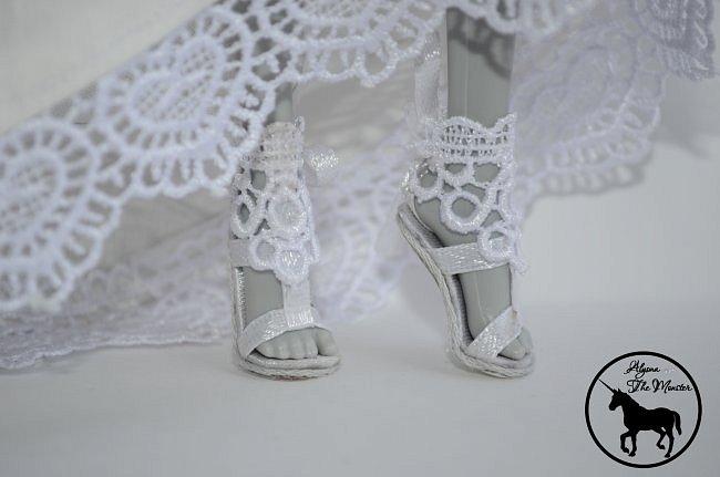 Приветствую всех жителей Страны Мастеров! Сегодня я представлю несколько нарядов для кукол. Во-первых, свадебное платье, туфли, букет и головной убор для куклы МХ. фото 4