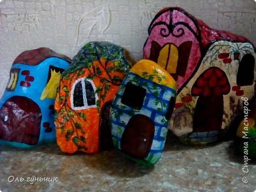 Привет всем жителям нашей любимой Страны Мастеров! Хочу показать вам мои каменные домики, которые я разрисовала для украшения своей дачи))) Рисовать совсем не умею, так что не судите строго))) Уж что получилось... фото 2