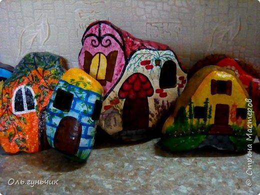 Привет всем жителям нашей любимой Страны Мастеров! Хочу показать вам мои каменные домики, которые я разрисовала для украшения своей дачи))) Рисовать совсем не умею, так что не судите строго))) Уж что получилось... фото 1