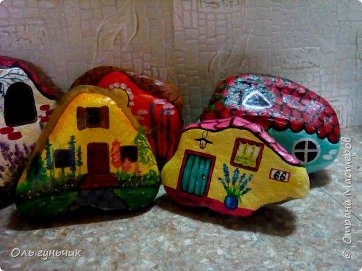 Привет всем жителям нашей любимой Страны Мастеров! Хочу показать вам мои каменные домики, которые я разрисовала для украшения своей дачи))) Рисовать совсем не умею, так что не судите строго))) Уж что получилось... фото 3