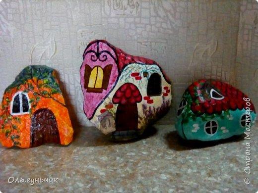 Привет всем жителям нашей любимой Страны Мастеров! Хочу показать вам мои каменные домики, которые я разрисовала для украшения своей дачи))) Рисовать совсем не умею, так что не судите строго))) Уж что получилось... фото 4