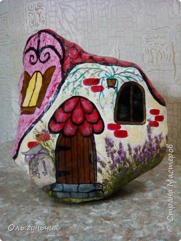 Привет всем жителям нашей любимой Страны Мастеров! Хочу показать вам мои каменные домики, которые я разрисовала для украшения своей дачи))) Рисовать совсем не умею, так что не судите строго))) Уж что получилось... фото 5