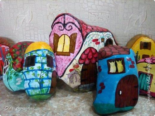 Привет всем жителям нашей любимой Страны Мастеров! Хочу показать вам мои каменные домики, которые я разрисовала для украшения своей дачи))) Рисовать совсем не умею, так что не судите строго))) Уж что получилось... фото 31