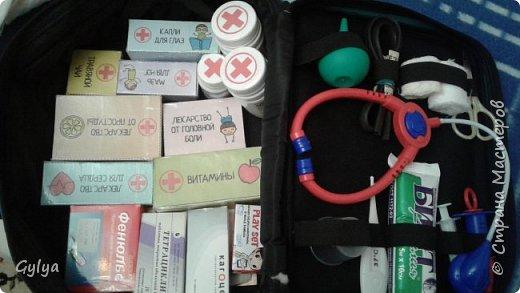 """Вот такой набор медика я собрала в нашу 22 группу """"Сказка"""". Купила детский набор врача: фонендоскоп, пластиковый термометр, шприц. В аптеке купила маленькую грушу, бинт. фото 1"""