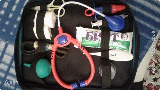 """Вот такой набор медика я собрала в нашу 22 группу """"Сказка"""". Купила детский набор врача: фонендоскоп, пластиковый термометр, шприц. В аптеке купила маленькую грушу, бинт. фото 2"""