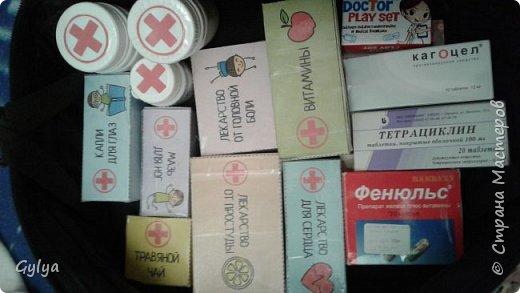 """Вот такой набор медика я собрала в нашу 22 группу """"Сказка"""". Купила детский набор врача: фонендоскоп, пластиковый термометр, шприц. В аптеке купила маленькую грушу, бинт. фото 3"""