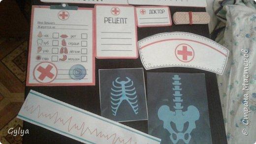 """Вот такой набор медика я собрала в нашу 22 группу """"Сказка"""". Купила детский набор врача: фонендоскоп, пластиковый термометр, шприц. В аптеке купила маленькую грушу, бинт. фото 7"""
