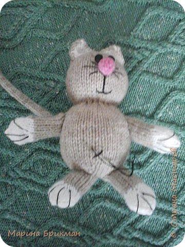 Здравствуйте, друзья! Рада представить вам мастер-класс по вязанию спицами игрушек. Сегодня это будет котик с карамелькой. фото 30