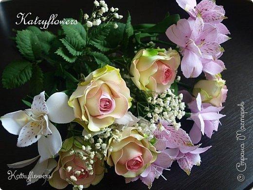 Всем привет! Сегодня я к вам с новой работой! И не просто работой, а подарком моей любимой-любимой бабушке на день рождения! (Бабушка была в восторге).  Сейчас мои цветы выглядят намного лучше, чем мои первые цветы из фоамирана! А на них я даже смотреть не хочу! Сразу стыдно становится! фото 1
