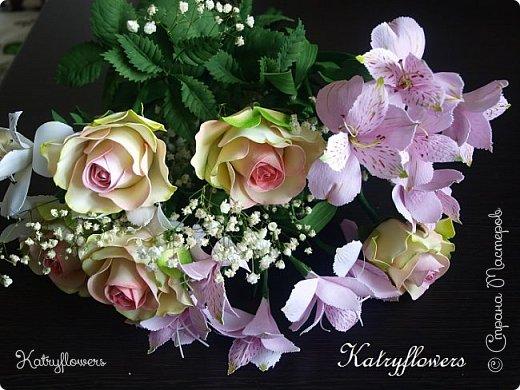 Всем привет! Сегодня я к вам с новой работой! И не просто работой, а подарком моей любимой-любимой бабушке на день рождения! (Бабушка была в восторге).  Сейчас мои цветы выглядят намного лучше, чем мои первые цветы из фоамирана! А на них я даже смотреть не хочу! Сразу стыдно становится! фото 2