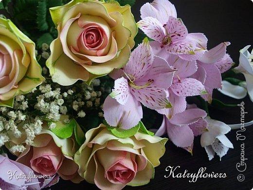 Всем привет! Сегодня я к вам с новой работой! И не просто работой, а подарком моей любимой-любимой бабушке на день рождения! (Бабушка была в восторге).  Сейчас мои цветы выглядят намного лучше, чем мои первые цветы из фоамирана! А на них я даже смотреть не хочу! Сразу стыдно становится! фото 5