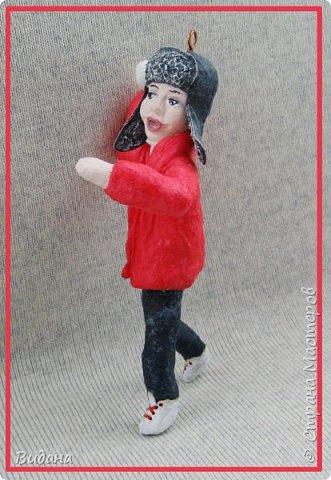Здравствуйте, дорогие жители Страны Мастеров! Очень часто в последнее время, гуляя по страничкам разных рукодельных сайтов, стала встречать фото ватных елочных игрушек. Сначала как-то мимолетом, очень быстро пробегала их взглядом и листала дальше, не цепляли они меня ничуть. В моем детстве не было таких игрушек на елке, не было и ватных Деда Мороза со Снегурочкой под ней. Помню пластмассовую елочку с шариками-малютками, знакомы многие советские стеклянные игрушки, о которых вы рассказывали в своих фоторепортажах. Но ватные - нет, и особой ностальгии по советским временам тоже не испытываю.       И все же ватные игрушки медленно, но верно завоевали мое внимание. На новогодних праздниках и потом вечерами разглядывала фото старинных игрушек и новоделов в интернете, оценила и количество бесплатной информации по их изготовлению. Огромное спасибо мастерам этого сайта Симаковой Ольге, Элайдже, SVET1301, Елене рукоделочке за вашу фантазию, щедрость и желание делиться своими наработками со всеми! Ваши милые душевные игрушки и понятные мастер-классы вдохновили меня тоже попробовать себя в ватном папье-маше.  Вот моя первая игрушка. Ни разу не старинная ни по технологии, ни по виду, эдакая девушка-студентка на утренней пробежке. Рост 14см, личико из папье-маше, раскрашена акриловыми красками, волосы из шерсти для валяния. фото 5