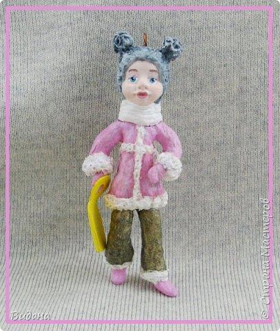 Здравствуйте, дорогие жители Страны Мастеров! Очень часто в последнее время, гуляя по страничкам разных рукодельных сайтов, стала встречать фото ватных елочных игрушек. Сначала как-то мимолетом, очень быстро пробегала их взглядом и листала дальше, не цепляли они меня ничуть. В моем детстве не было таких игрушек на елке, не было и ватных Деда Мороза со Снегурочкой под ней. Помню пластмассовую елочку с шариками-малютками, знакомы многие советские стеклянные игрушки, о которых вы рассказывали в своих фоторепортажах. Но ватные - нет, и особой ностальгии по советским временам тоже не испытываю.       И все же ватные игрушки медленно, но верно завоевали мое внимание. На новогодних праздниках и потом вечерами разглядывала фото старинных игрушек и новоделов в интернете, оценила и количество бесплатной информации по их изготовлению. Огромное спасибо мастерам этого сайта Симаковой Ольге, Элайдже, SVET1301, Елене рукоделочке за вашу фантазию, щедрость и желание делиться своими наработками со всеми! Ваши милые душевные игрушки и понятные мастер-классы вдохновили меня тоже попробовать себя в ватном папье-маше.  Вот моя первая игрушка. Ни разу не старинная ни по технологии, ни по виду, эдакая девушка-студентка на утренней пробежке. Рост 14см, личико из папье-маше, раскрашена акриловыми красками, волосы из шерсти для валяния. фото 7
