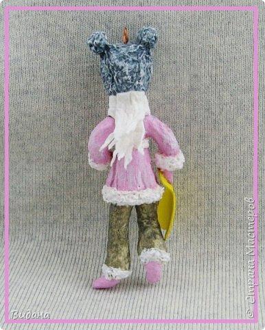 Здравствуйте, дорогие жители Страны Мастеров! Очень часто в последнее время, гуляя по страничкам разных рукодельных сайтов, стала встречать фото ватных елочных игрушек. Сначала как-то мимолетом, очень быстро пробегала их взглядом и листала дальше, не цепляли они меня ничуть. В моем детстве не было таких игрушек на елке, не было и ватных Деда Мороза со Снегурочкой под ней. Помню пластмассовую елочку с шариками-малютками, знакомы многие советские стеклянные игрушки, о которых вы рассказывали в своих фоторепортажах. Но ватные - нет, и особой ностальгии по советским временам тоже не испытываю.       И все же ватные игрушки медленно, но верно завоевали мое внимание. На новогодних праздниках и потом вечерами разглядывала фото старинных игрушек и новоделов в интернете, оценила и количество бесплатной информации по их изготовлению. Огромное спасибо мастерам этого сайта Симаковой Ольге, Элайдже, SVET1301, Елене рукоделочке за вашу фантазию, щедрость и желание делиться своими наработками со всеми! Ваши милые душевные игрушки и понятные мастер-классы вдохновили меня тоже попробовать себя в ватном папье-маше.  Вот моя первая игрушка. Ни разу не старинная ни по технологии, ни по виду, эдакая девушка-студентка на утренней пробежке. Рост 14см, личико из папье-маше, раскрашена акриловыми красками, волосы из шерсти для валяния. фото 9
