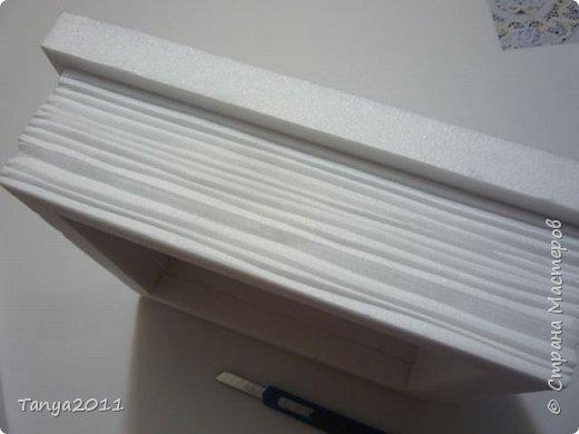 Добрый день, мастерицы! Я сегодня спешила сделать МК шкатулки-книги. Итак, нам необходимо: пеноплекс толщиной 2 см - 2/3 листа, нож канцелярский , наждачка, клеевой пистолет, краска гуашь, акриловый лак, распечатка, контур по керамике белый. фото 11