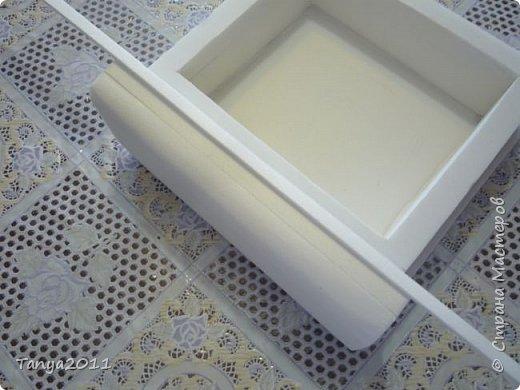Добрый день, мастерицы! Я сегодня спешила сделать МК шкатулки-книги. Итак, нам необходимо: пеноплекс толщиной 2 см - 2/3 листа, нож канцелярский , наждачка, клеевой пистолет, краска гуашь, акриловый лак, распечатка, контур по керамике белый. фото 25