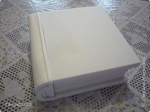 Добрый день, мастерицы! Я сегодня спешила сделать МК шкатулки-книги. Итак, нам необходимо: пеноплекс толщиной 2 см - 2/3 листа, нож канцелярский , наждачка, клеевой пистолет, краска гуашь, акриловый лак, распечатка, контур по керамике белый. фото 29