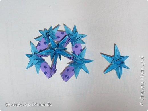 На авторство особо не претендую, возможно такие цветочки уже где-нибудь появлялись, не могу утверждать. Соединительные модули по сборке очень похожи на модуль кусудамы Каркасс Екатерины Лукашевой, только крепление осуществляется по-другому. Короче, такой вот гибрид из двух разных модулей.    Name: Blooming icosahedron - I  Designer: Valentina Minayeva Parts: 12 (pentagons) Paper: 6,4 x 6,4 х 6,4 х 6,4 х 6,4 Parts: 30 (squares) Paper: 6,4 х 6,4 Final height: ~ 10,0 cm without glue фото 60