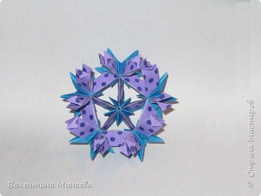На авторство особо не претендую, возможно такие цветочки уже где-нибудь появлялись, не могу утверждать. Соединительные модули по сборке очень похожи на модуль кусудамы Каркасс Екатерины Лукашевой, только крепление осуществляется по-другому. Короче, такой вот гибрид из двух разных модулей.    Name: Blooming icosahedron - I  Designer: Valentina Minayeva Parts: 12 (pentagons) Paper: 6,4 x 6,4 х 6,4 х 6,4 х 6,4 Parts: 30 (squares) Paper: 6,4 х 6,4 Final height: ~ 10,0 cm without glue фото 61