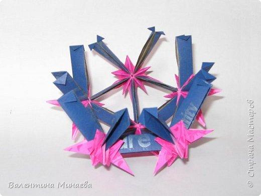 На авторство особо не претендую, возможно такие цветочки уже где-нибудь появлялись, не могу утверждать. Соединительные модули по сборке очень похожи на модуль кусудамы Каркасс Екатерины Лукашевой, только крепление осуществляется по-другому. Короче, такой вот гибрид из двух разных модулей.    Name: Blooming icosahedron - I  Designer: Valentina Minayeva Parts: 12 (pentagons) Paper: 6,4 x 6,4 х 6,4 х 6,4 х 6,4 Parts: 30 (squares) Paper: 6,4 х 6,4 Final height: ~ 10,0 cm without glue фото 75