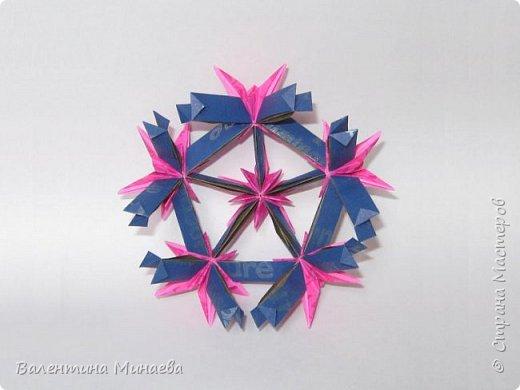 На авторство особо не претендую, возможно такие цветочки уже где-нибудь появлялись, не могу утверждать. Соединительные модули по сборке очень похожи на модуль кусудамы Каркасс Екатерины Лукашевой, только крепление осуществляется по-другому. Короче, такой вот гибрид из двух разных модулей.    Name: Blooming icosahedron - I  Designer: Valentina Minayeva Parts: 12 (pentagons) Paper: 6,4 x 6,4 х 6,4 х 6,4 х 6,4 Parts: 30 (squares) Paper: 6,4 х 6,4 Final height: ~ 10,0 cm without glue фото 76