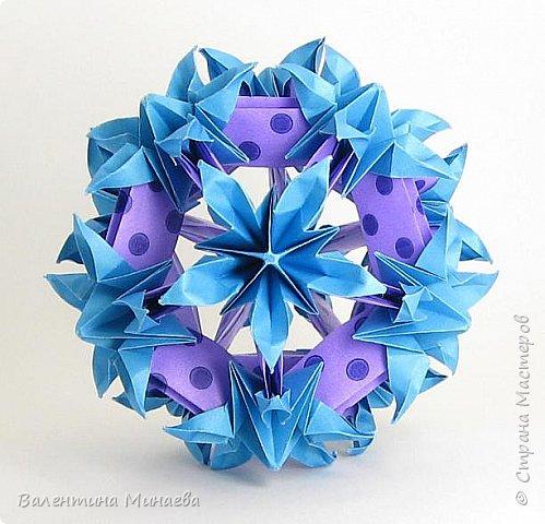 На авторство особо не претендую, возможно такие цветочки уже где-нибудь появлялись, не могу утверждать. Соединительные модули по сборке очень похожи на модуль кусудамы Каркасс Екатерины Лукашевой, только крепление осуществляется по-другому. Короче, такой вот гибрид из двух разных модулей.    Name: Blooming icosahedron - I  Designer: Valentina Minayeva Parts: 12 (pentagons) Paper: 6,4 x 6,4 х 6,4 х 6,4 х 6,4 Parts: 30 (squares) Paper: 6,4 х 6,4 Final height: ~ 10,0 cm without glue фото 1
