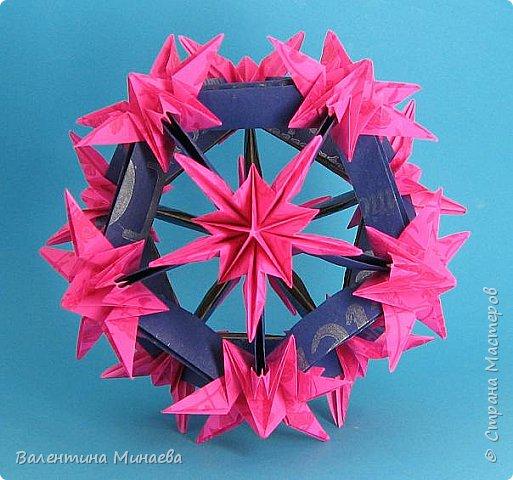 На авторство особо не претендую, возможно такие цветочки уже где-нибудь появлялись, не могу утверждать. Соединительные модули по сборке очень похожи на модуль кусудамы Каркасс Екатерины Лукашевой, только крепление осуществляется по-другому. Короче, такой вот гибрид из двух разных модулей.    Name: Blooming icosahedron - I  Designer: Valentina Minayeva Parts: 12 (pentagons) Paper: 6,4 x 6,4 х 6,4 х 6,4 х 6,4 Parts: 30 (squares) Paper: 6,4 х 6,4 Final height: ~ 10,0 cm without glue фото 62