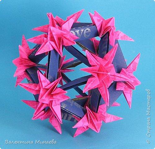 На авторство особо не претендую, возможно такие цветочки уже где-нибудь появлялись, не могу утверждать. Соединительные модули по сборке очень похожи на модуль кусудамы Каркасс Екатерины Лукашевой, только крепление осуществляется по-другому. Короче, такой вот гибрид из двух разных модулей.    Name: Blooming icosahedron - I  Designer: Valentina Minayeva Parts: 12 (pentagons) Paper: 6,4 x 6,4 х 6,4 х 6,4 х 6,4 Parts: 30 (squares) Paper: 6,4 х 6,4 Final height: ~ 10,0 cm without glue фото 63