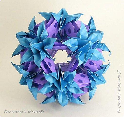 На авторство особо не претендую, возможно такие цветочки уже где-нибудь появлялись, не могу утверждать. Соединительные модули по сборке очень похожи на модуль кусудамы Каркасс Екатерины Лукашевой, только крепление осуществляется по-другому. Короче, такой вот гибрид из двух разных модулей.    Name: Blooming icosahedron - I  Designer: Valentina Minayeva Parts: 12 (pentagons) Paper: 6,4 x 6,4 х 6,4 х 6,4 х 6,4 Parts: 30 (squares) Paper: 6,4 х 6,4 Final height: ~ 10,0 cm without glue фото 2